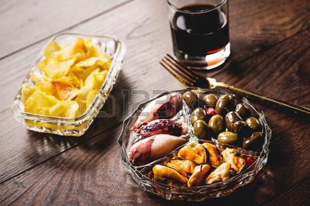54648992-traditional-spanish-appetizer-with-vermouth-drink-canned-food-and-chips.jpg.39208c12bea4146cf4415842630868cf.jpg