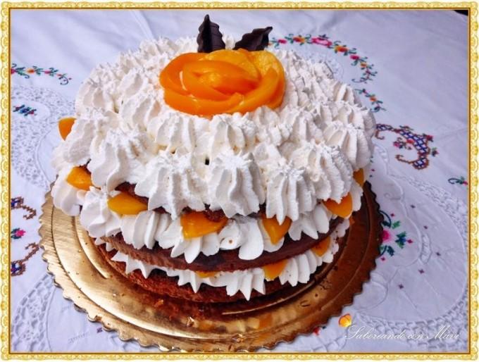 Tarta de chocolate con melocotón y nata por Mavi