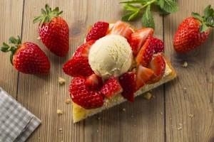 Tarta de fresas con helado de vainilla