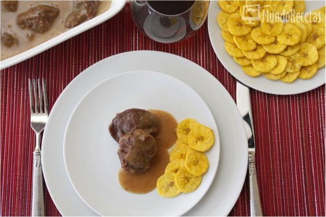 Navidad: Carrilleras de cerdo ibérico con salsa de vino oloroso y chips de plátano macho. Thermomix.