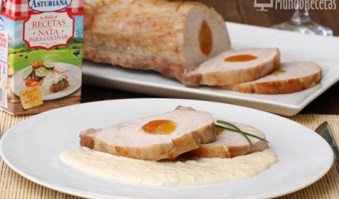 Lomo de cerdo asado con albaricoques y salsa de nata y almendras