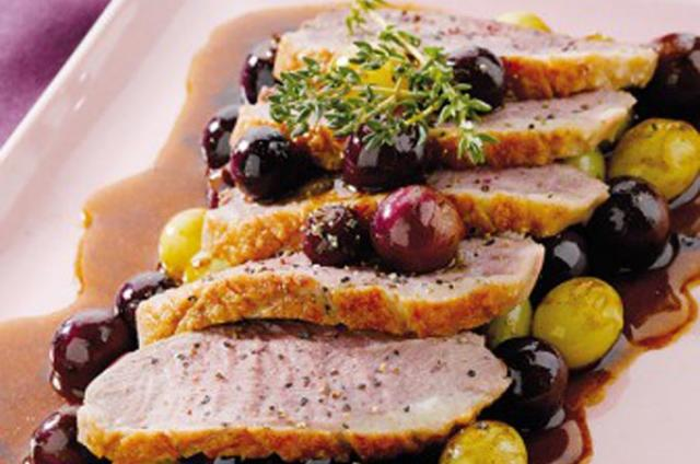 Filetes de pato con uvas y coles rellenas al foie gras con Companion