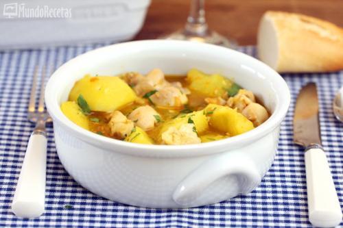Cazuela de patatas con conejo y pollo. Receta reconfortante.