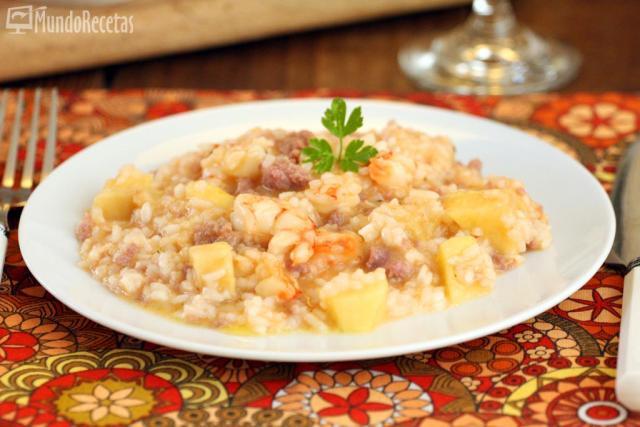 Risotto con gambas, salchichas y manzana.  Un arroz mar y tierra para probar nuevos sabores