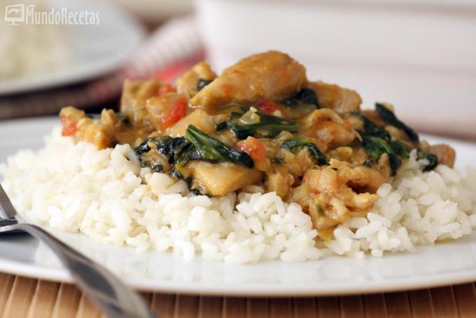 Curry de pollo con espinacas y arroz. Hoy toca oriental.