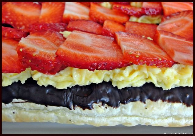 Hojaldre con chocolate, fresas y crema pastelera por Roser55