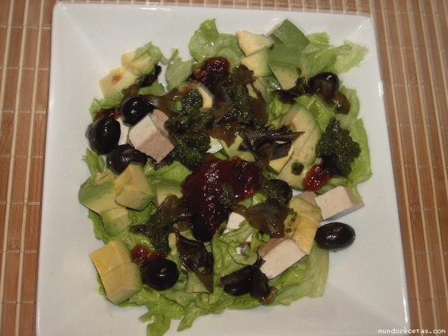 Receta de Ensalada de tofú ahumado, aguacate y wakame
