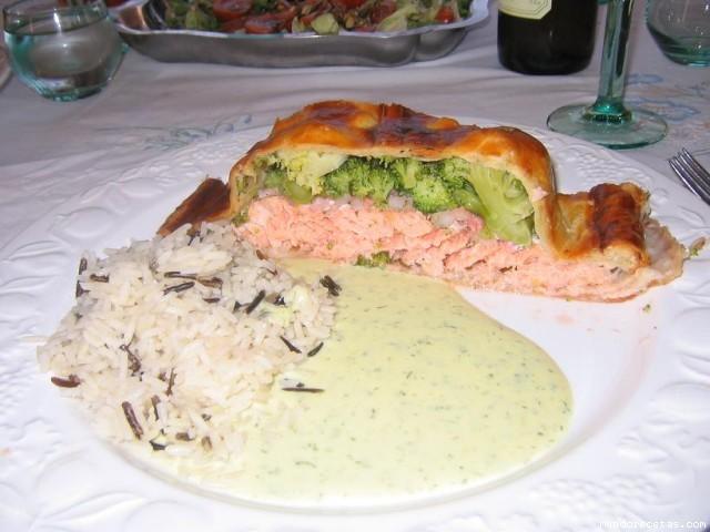 Hojaldre de salmon relleno de brocoli con gambas al eneldo - Hojaldre de puerros y gambas ...