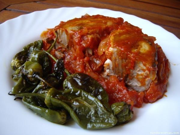Receta de Bonito con tomate y pimientos de Padrón