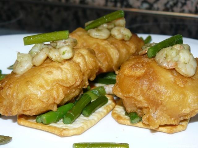Receta de Merluza en tempura sobre cama de espárragos y tuc