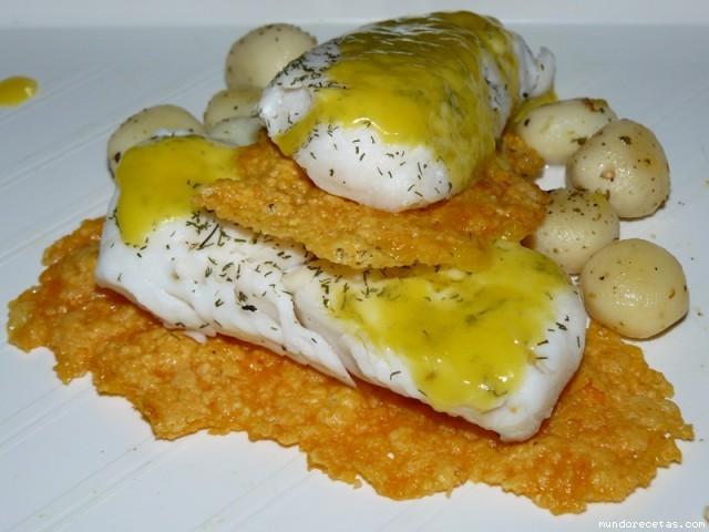 Receta de Merluza en litera de queso, con salsa de naranjas y guarnición de patatas