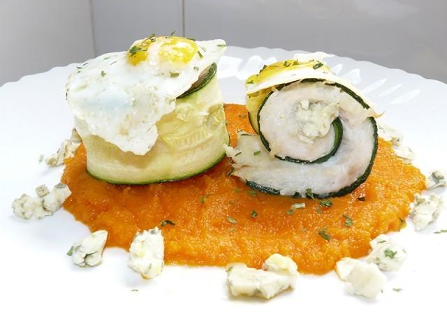 Receta de Rollitos de merluza y calabacín al queso roquefort sobre cama de pasta de zanahoria