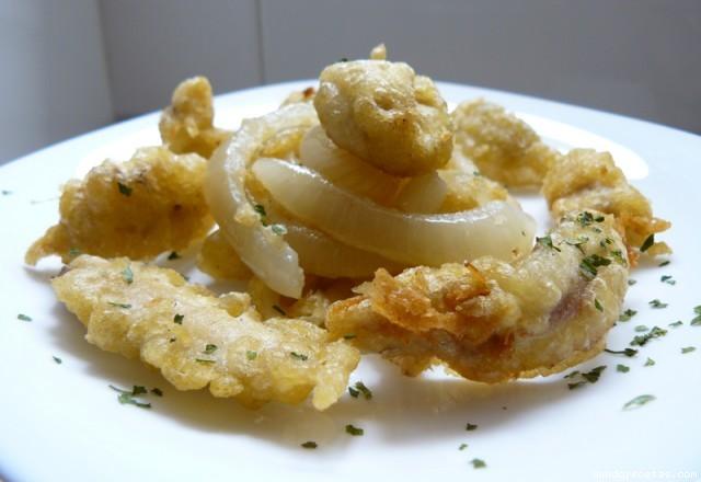 Receta de Boquerones aliñados rebozados en harina de tempura con cebolla confitada