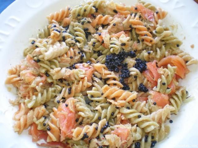 Ensalada de pasta integral salm n at n y caviar - Ensalada fresca de pasta ...