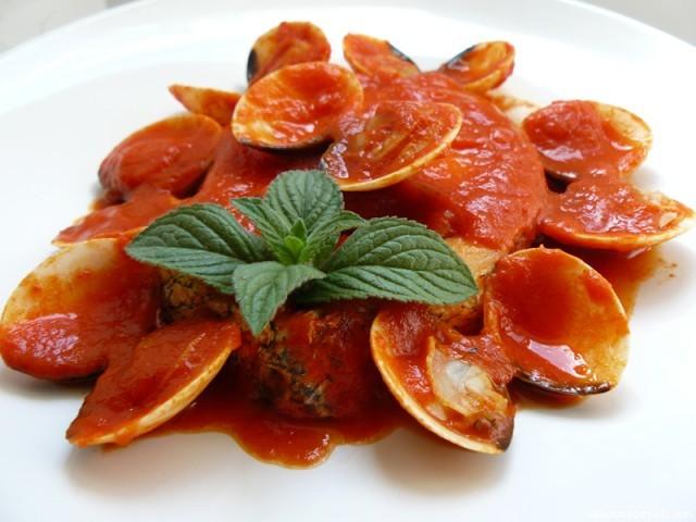 Receta de Merluza con almejas en salsa roja