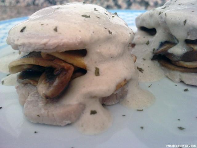 Receta de Bocaditos de solomillo rellenos con salsa de champiñones