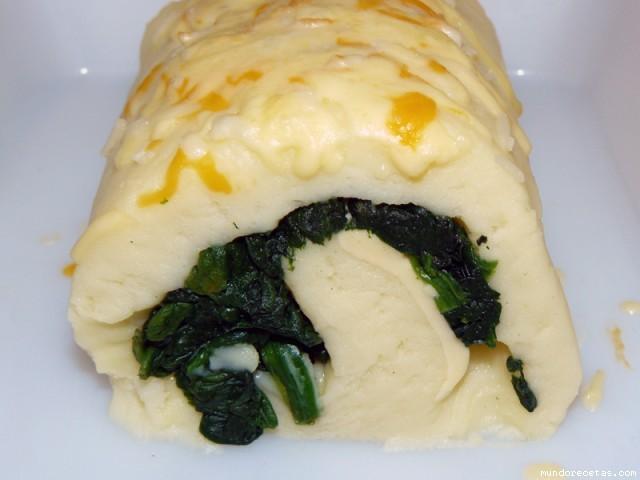 Receta de Brazo de puré de patatas relleno de espinacas y queso